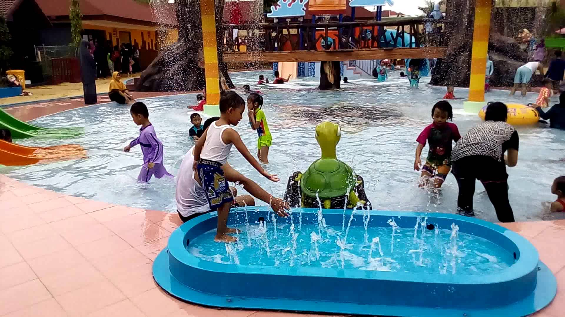 Asyiknya Aneka Wahana Water World Dynasti Gkb Gresik Youtube Bukit