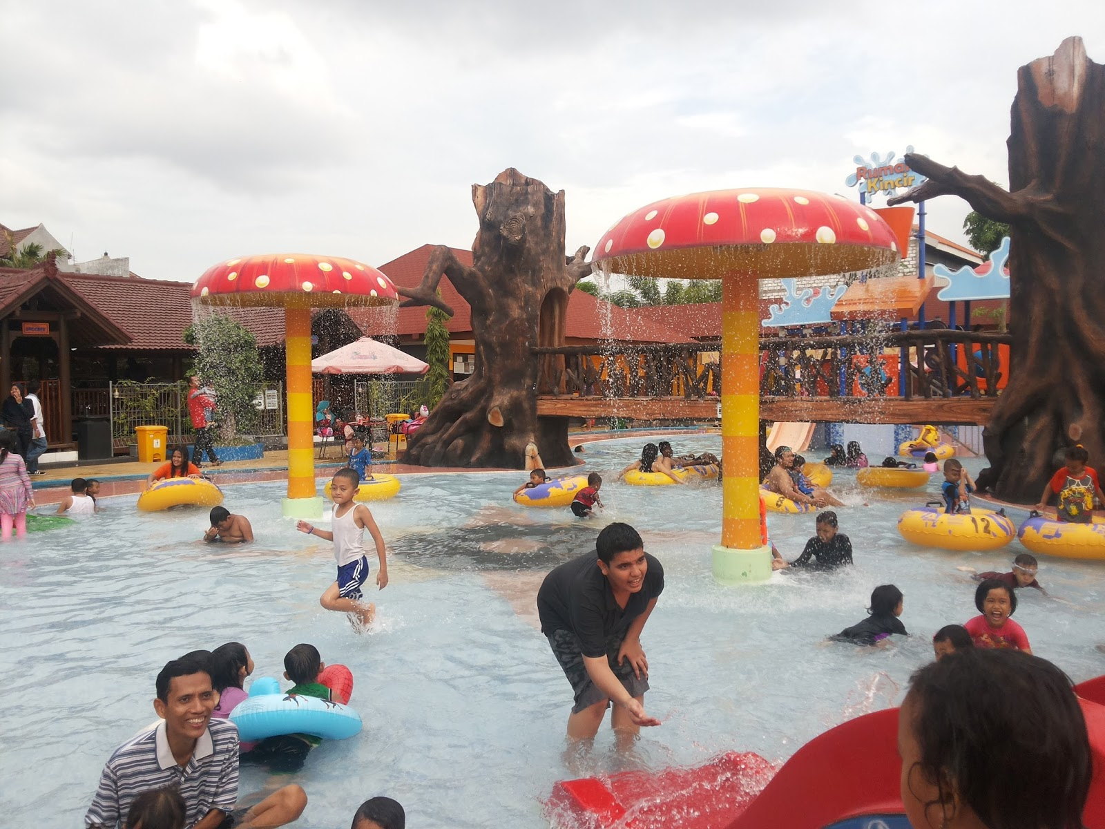 Reni Dwi Astuti Dynasty Water World Waterpark Asyik Ramainyaa Gresik