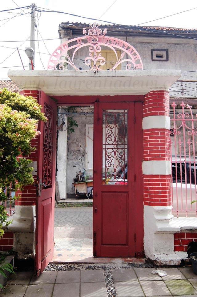 Kampung Kemasan Gresik Istimewa Laurentia Dewi Sama Memakai Daun Pintu
