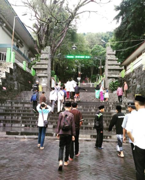 40 Tempat Wisata Gresik Memukau Pengunjung Makam Sunan Giri Kab