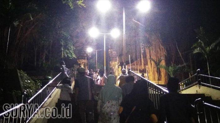 Malam Jumat Wisata Religi Makam Sunan Giri Gresik Diserbu Pengunjung