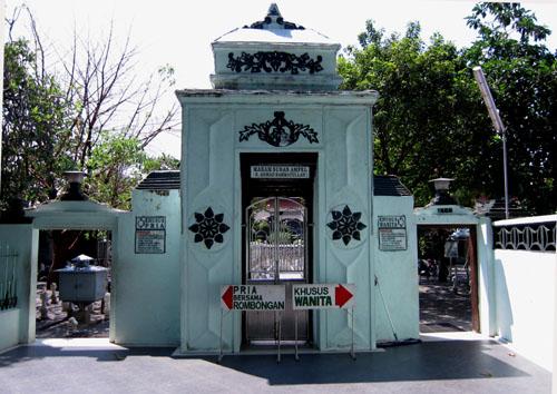 Wisata Religi Makam Kanjeng Sunan Giri Slah Satu Wali Songo