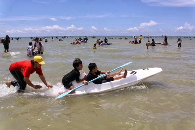Delegan Gresik Pantai Butiran Pasir Putih Lembut Wisatawan Asik Bermain