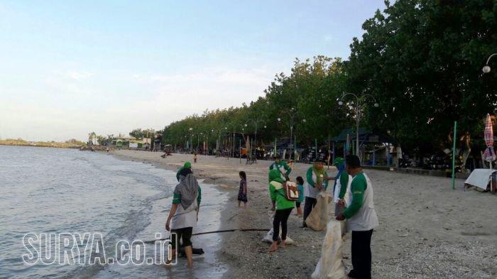Ibu Bersih Pantai Delegan Gresik Kaget Temukan Benda Tak Lazim