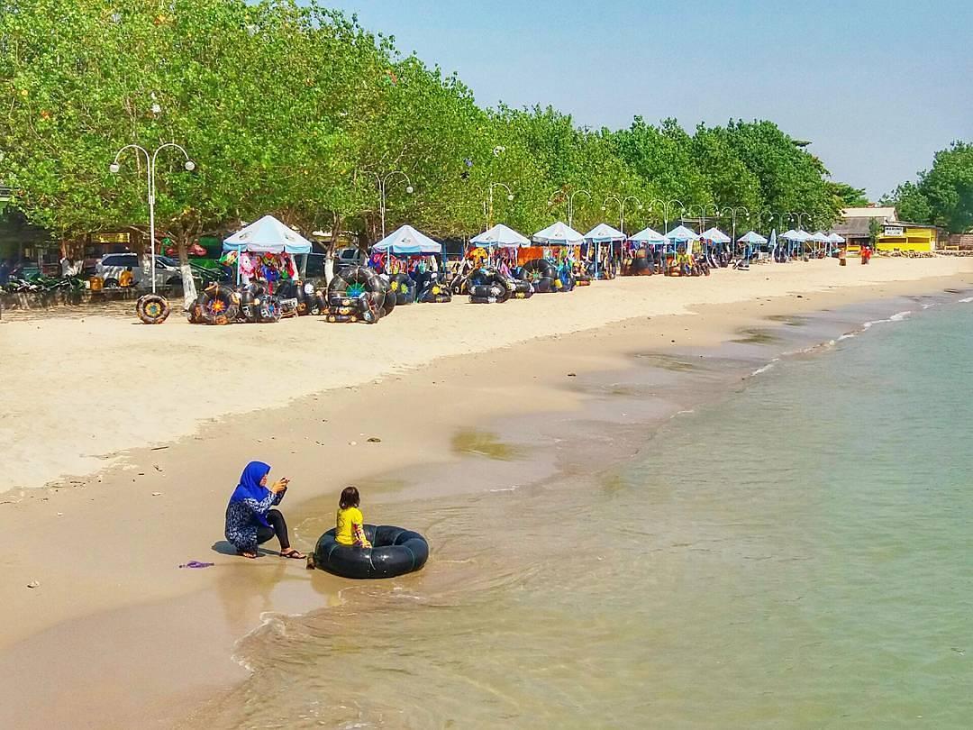 Keindahan Wisata Alam Pantai Delegan Gresik Berenang Pengunjung Menyewa Perahu
