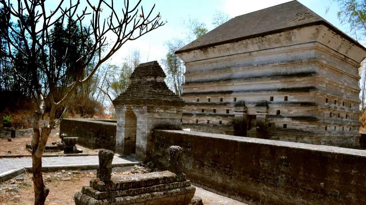 Makam Siti Fatimah Binti Maimun Leran Manyar Gresik Jawa Timur