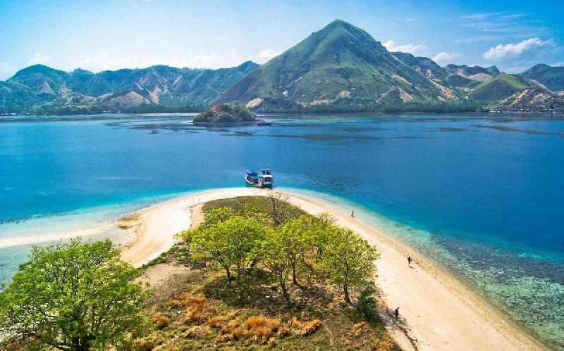 8 Spot Pulau Bawean Petualang Wajib Kunjungi Pantai Mayangkara Kab