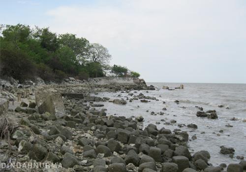 Indahnya Pantai Pasir Putih Pulau Benteng Lodewijk Desa Mengare Reruntuhan