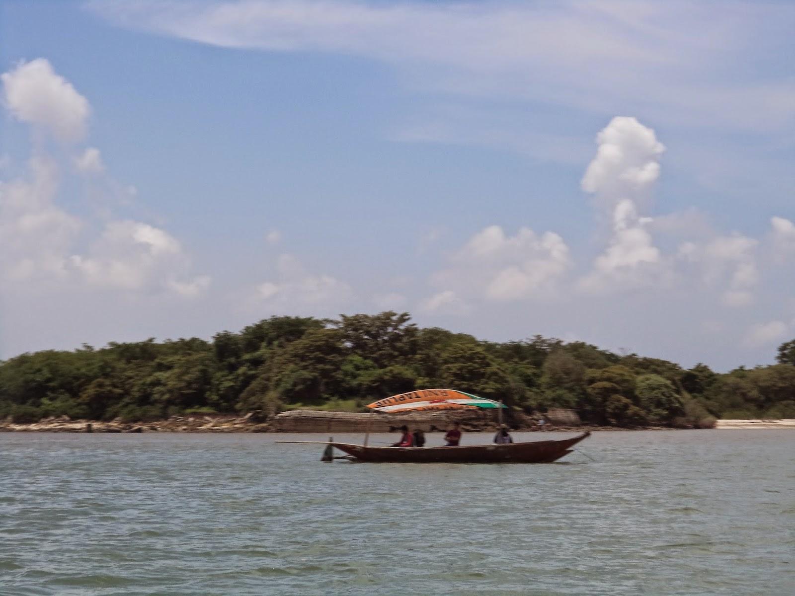 Indahnya Pulau Mengare Pejalan Benteng Lodewijk Tertinggal Puing Puingnya Pantai