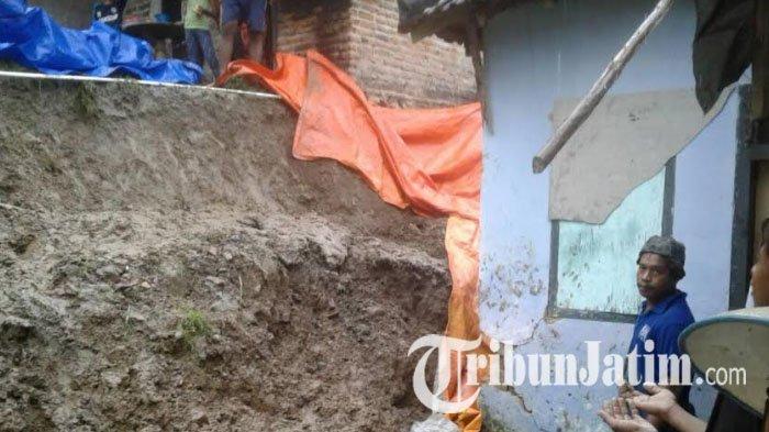 Longsor Terjang Pulau Bawean Rumah Warga Rusak Parah Tertimbun Batu