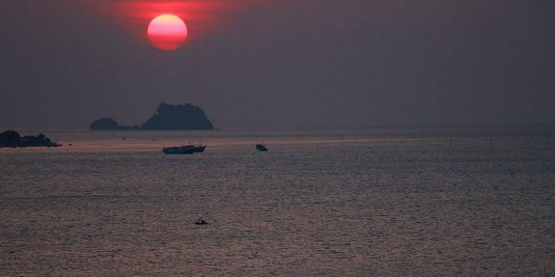 Menanti Geliat Wisata Bawean Kompas Pemandangan Senja Perairan Pulau Kabupaten