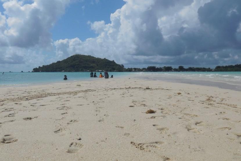 Menemukan Kedamaian Pantai Pulau Noko Republika Online Wisatawan Bermain Pasir