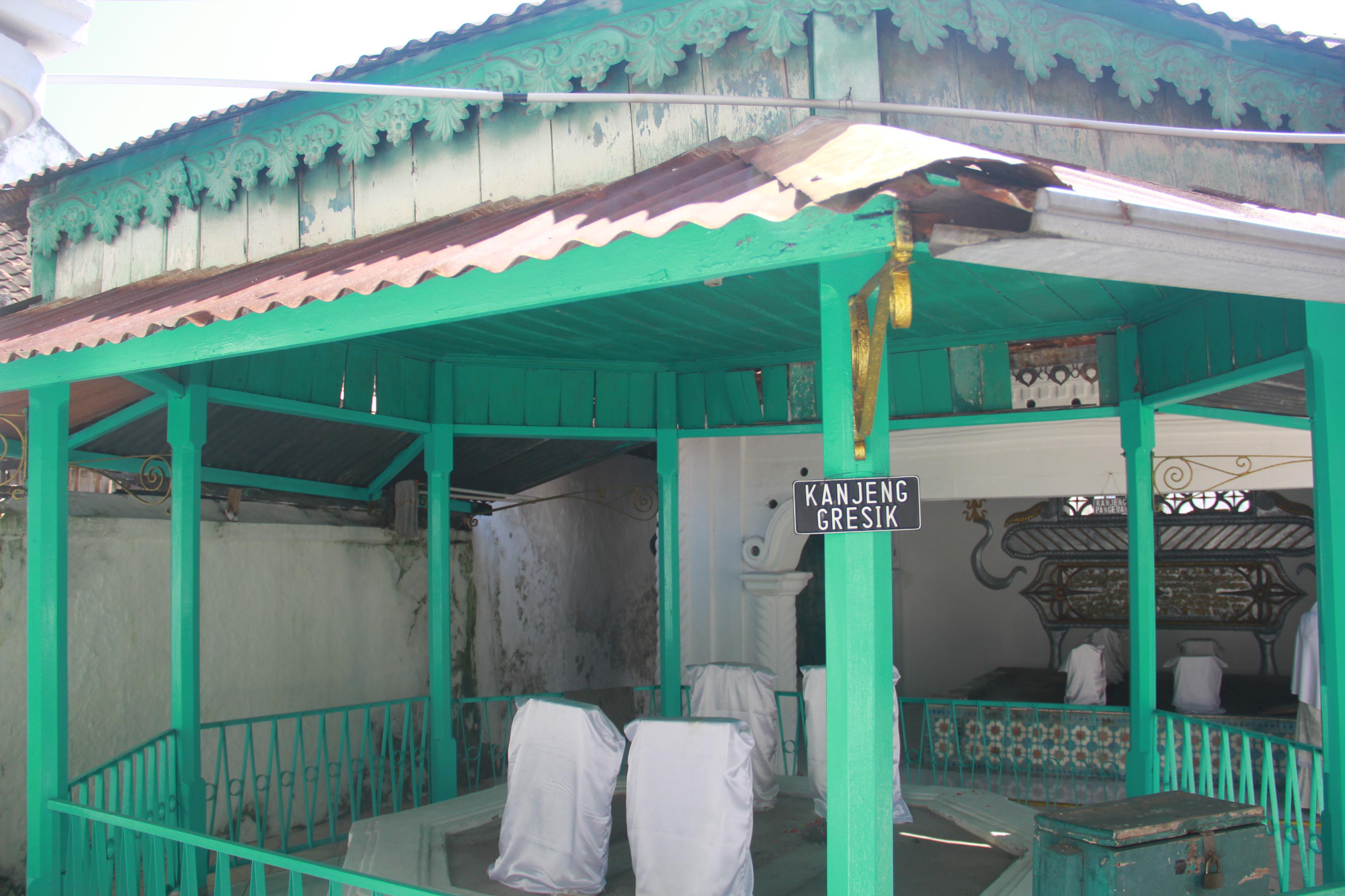 Kanjeng Sepuh Sidayu Almunawwarah Trans Didalam Kompleks Pemakaman Dimakamkan Sejumlah