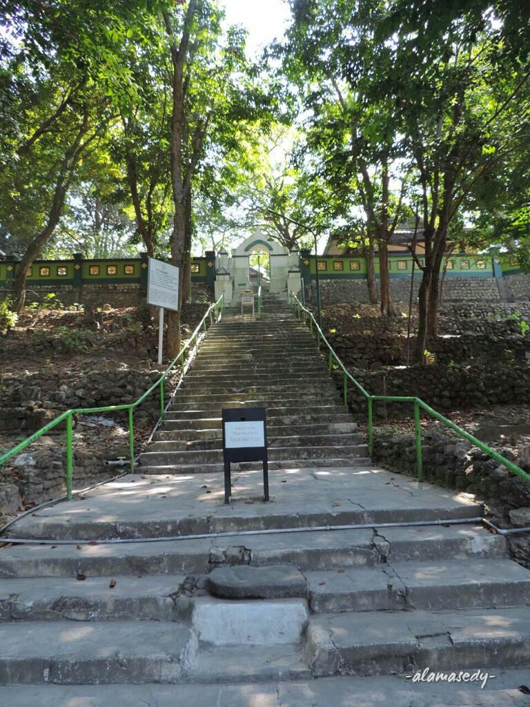 Merasakan Keheningan Makam Sunan Prapen Alamasedy Bukit Menuju Tak Setinggi