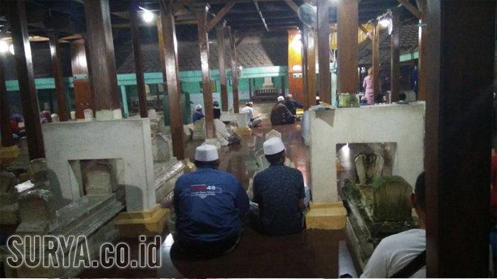 Suasana Area Makam Sunan Giri Gresik Surya Wisata Religi Prapen