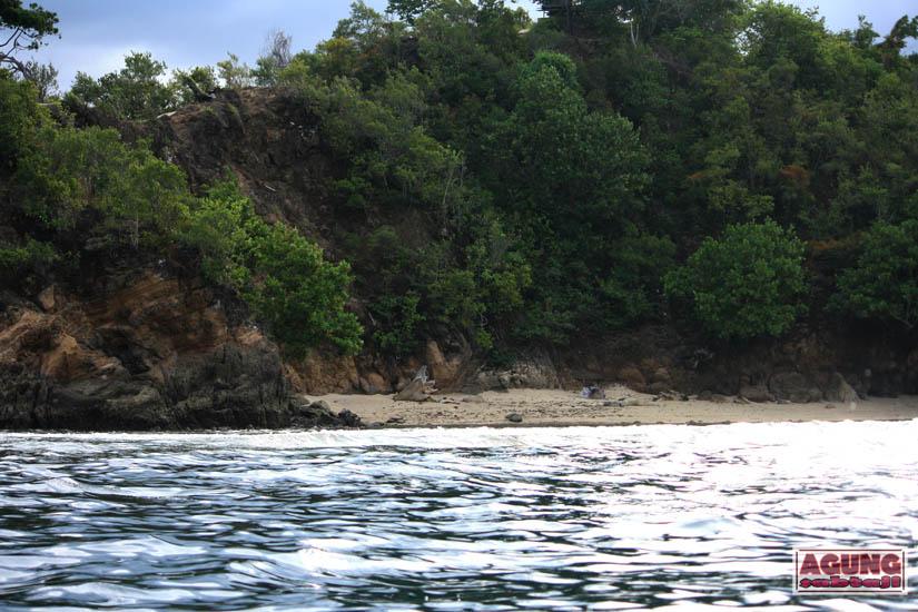 Agung Sabtaji Coba Explore Tanjung Kayubatu Pantai Pasir Putih Holtekamp