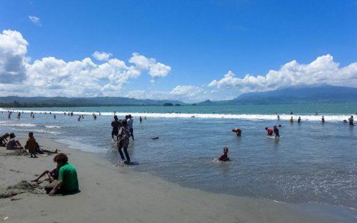 Papua Catatan Ruslan Deburan Ombak Ramainya Pengunjung Pantai Holtekamp Hotelkamp