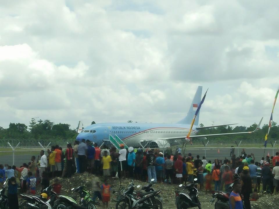 Legislator Wilayah Peguteng Didarati Pesawat Berbadan Besar Tengah Hutan Kab