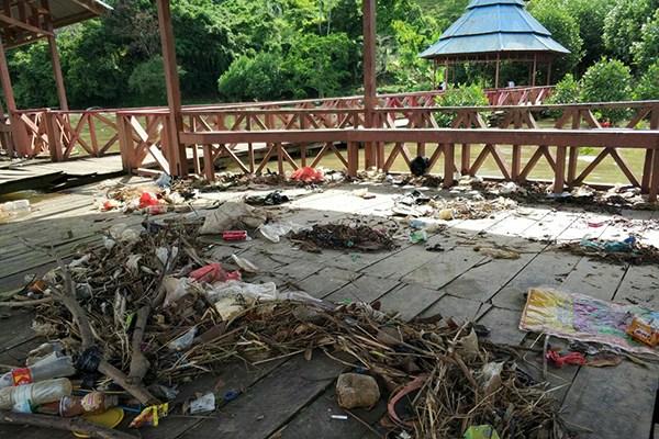 Sampah Penuhi Pantai Abesauw Teluk Youtefa Tercemar Pelastik Limbah Rumah