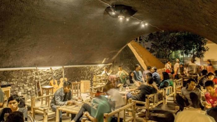 Kafe Kolong Jembatan Jember Terkenal Sediakan Kopi Toraja Nongkrong Pun