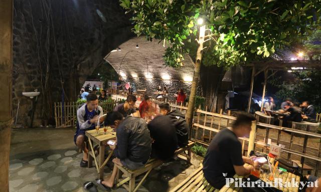 Kafe Ngehits Kolong Jembatan Jember Pikiran Rakyat Deni Yudiawan Pr