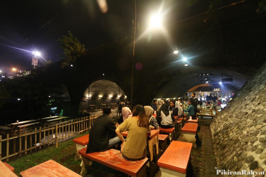 Kafe Ngehits Kolong Jembatan Jember Pikiran Rakyat Kab