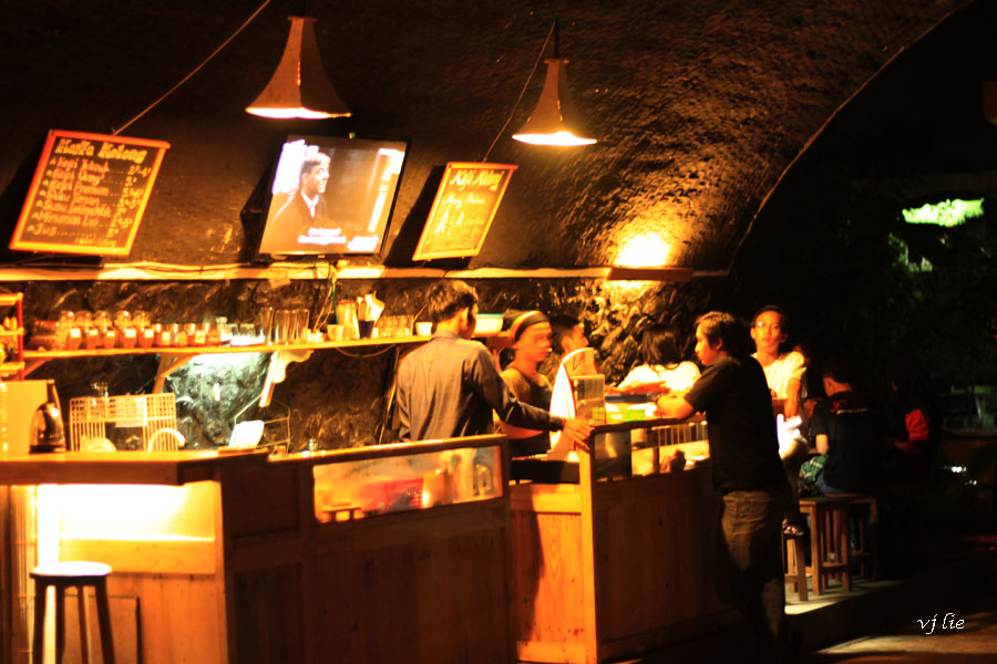 Ngopi Hore Bawah Jembatan Bartender Kafe Kolong Jember Kab