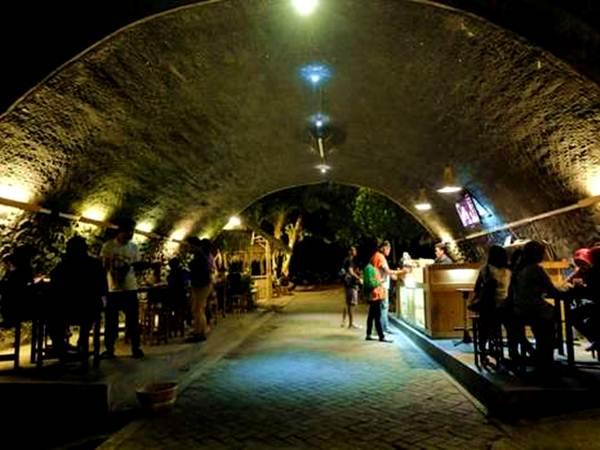 Tempat Wisata Jember Jawa Timur Kafe Kolong Nuansa Cafe Romantis