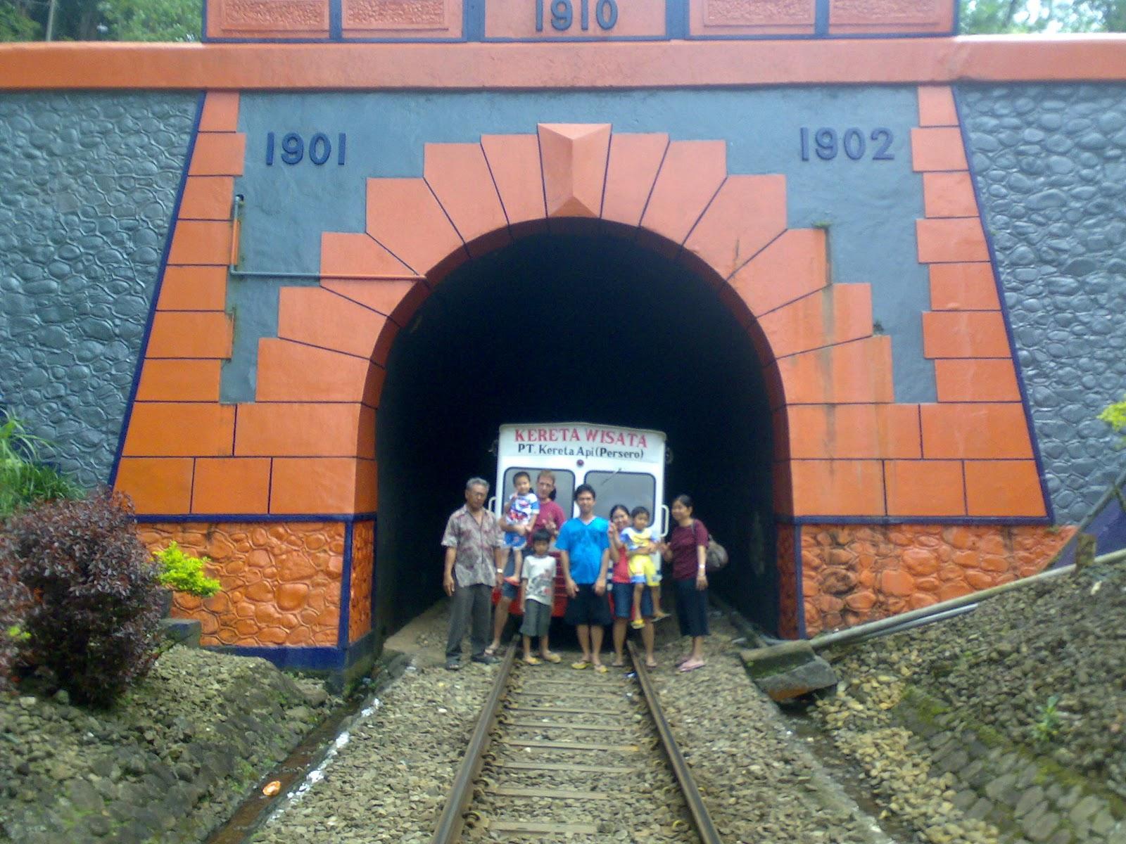 Menyusuri Jejak Kolonial Lori Wisata Kalibaru Garahan Selfie Depan Terowongan