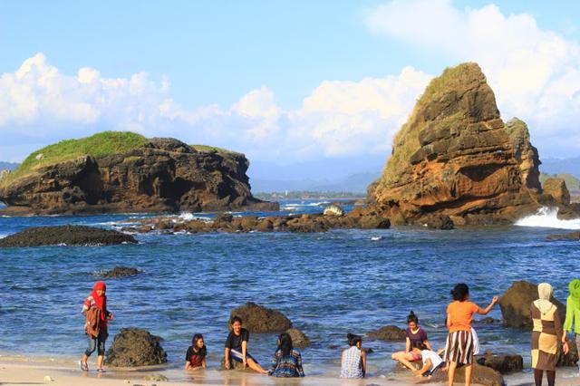 Kunjungan Wisata Pantai Papuma Stagnan Duta Berita Harian Sejumlah Wisatawan
