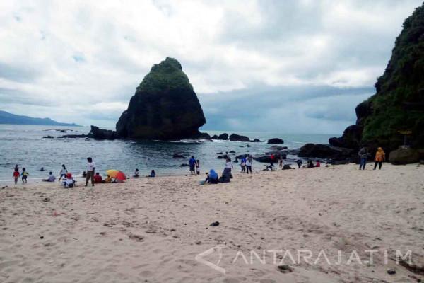 Libur Natal Pantai Papuma Jember Dipadati Ribuan Wisatawan Antara Kab