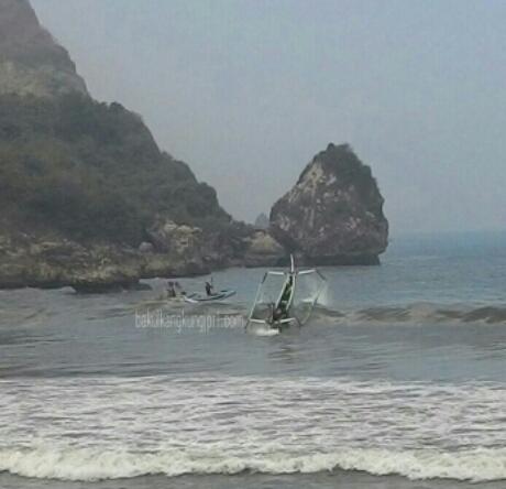Foto Kerasnya Perjuangan Hidup Nelayan Menghadapi Ombak Besar Image Pantai