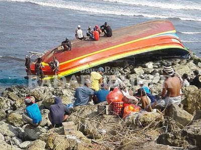 Kapal Terbalik Dihantam Ombak Besar Jember Berita Trans Pantai Puger
