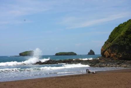 56 Tempat Wisata Jember Menarik Dikunjungi Liburan Pantai Watu Ulo