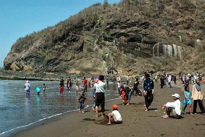Foto Obyek Liburan Wisata Pantai Watu Ulo Jember Jatim Gambar