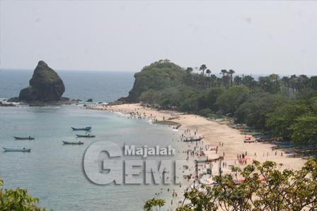 Majalah Gempur Pantai Wisata Watu Ulo Papuma Jember Dipadati Wisatawan