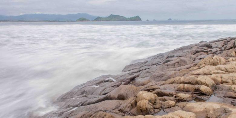 Menyusuri Keindahan Pantai Jember Kompas Watu Ulo Kab