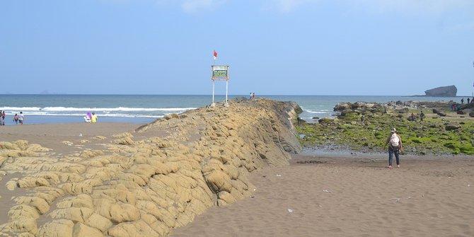 Mitos Ular Terbelah Asal Mula Terbentuknya Watu Ulo Jember Pantai