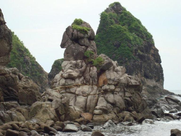 Telusuri Wisata Pantai Watu Ulo Jember Jawa Timur Kab