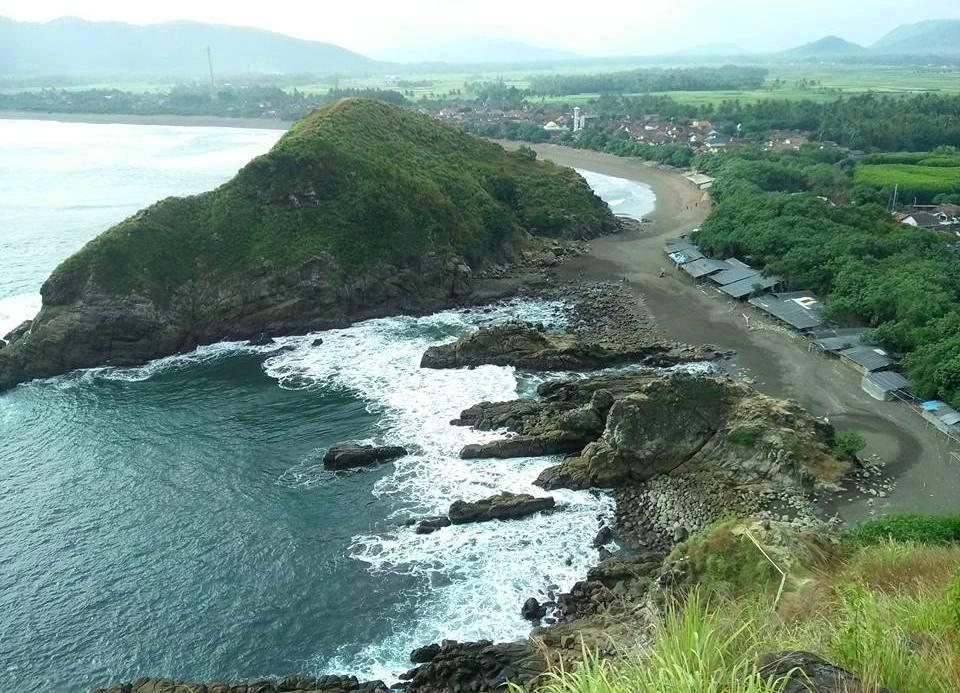 Wisata Watu Ulo Tempat Liburan Hits Jember Tribun Pantai Kab