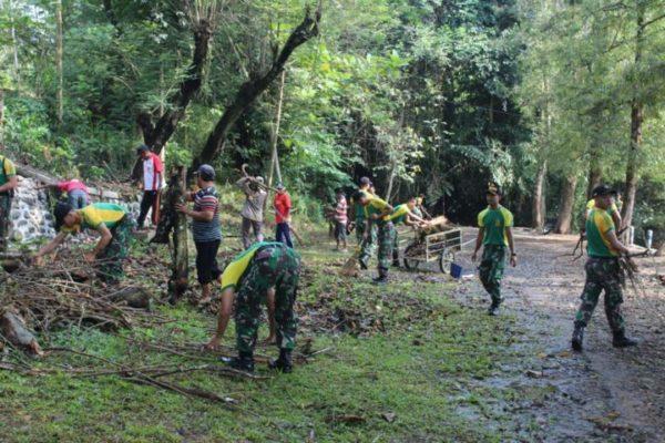 Yonif Raider 515 Kostrad Bersihkan Wisata Pemandian Patemon Diterjunkannya Prajurit