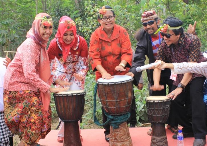 Festival Egrang Jember Mendapat Apresiasi Menteri Yohana Yembise Mengapreasiasi Kegiatan