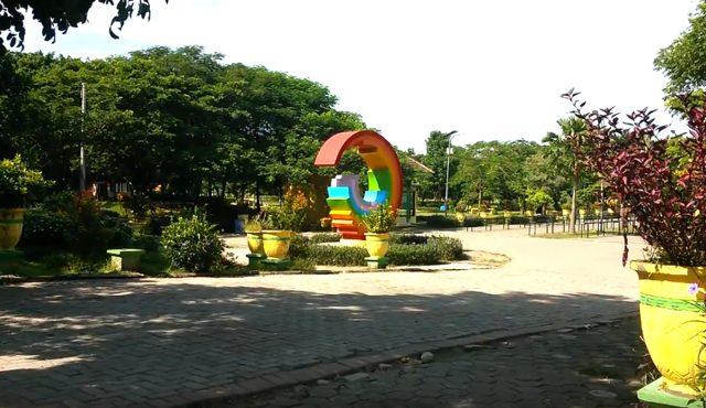Liburan Asyik Taman Kebon Ratu Jombang Faktualnews Bersantai Malam Hari