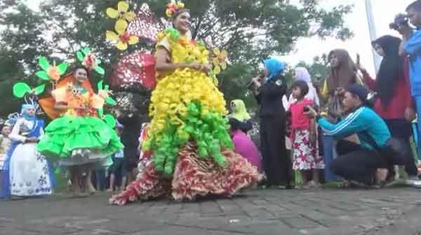 Uniknya Lomba Fashion Show Limbah Sampah Pojok Pitu Kebon Ratu