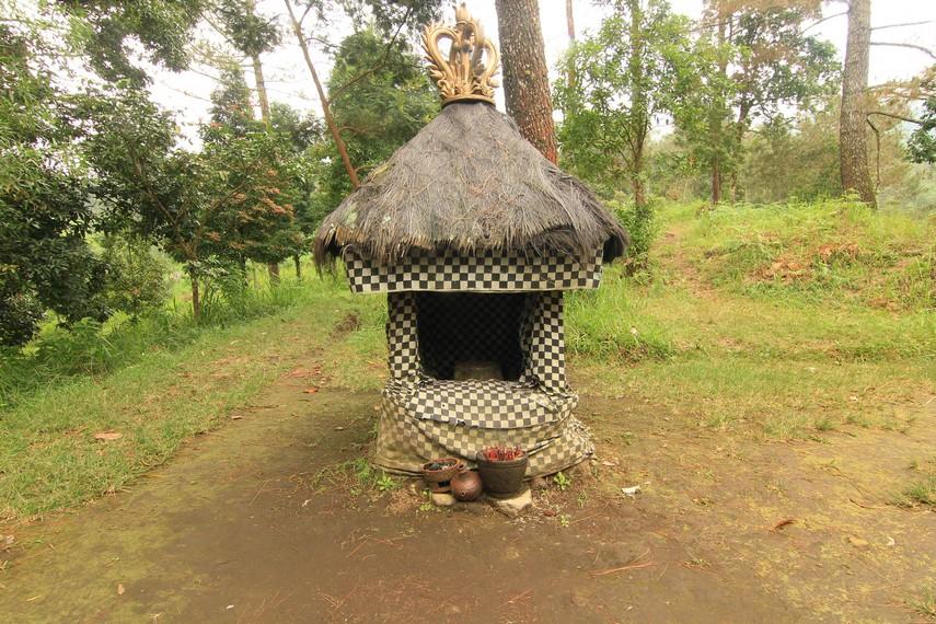 Candi Kethek Kecil Tengah Hutan Dusun Ceto Indonesiakaya Menghadap Arah