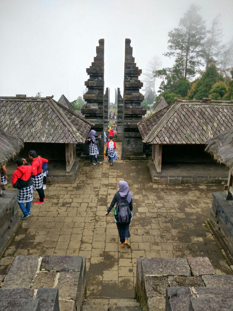 Objek Wisata Candi Cetho Karanganyar Backpacker Jakarta Gubuk Kepunden Kethek