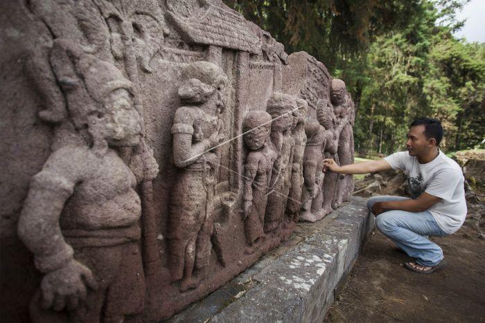 Situs Candi Sukuh Antara Foto Wisatawan Mengamati Relief Peninggalan Purbakala