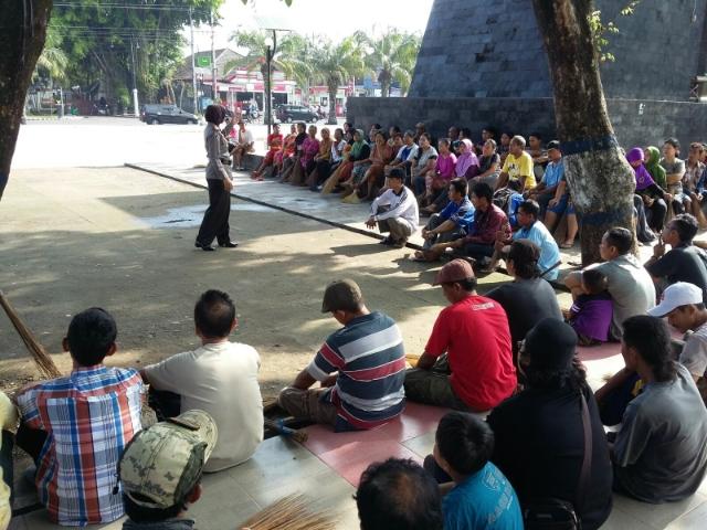 Kasat Binmas Polres Karanganyar Bersama Warga Pkl Bersih Image Taman
