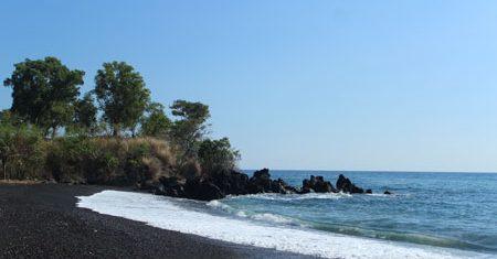 Pantai Batudawa Kemilau Pasir Hitam Eksotis Sejumlah Penginapan Pinggir Jalan