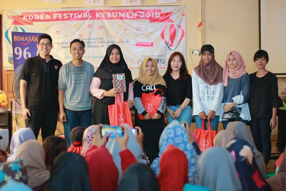 Mahasiswa Program Internship Meriahkan Festival Korea Taman Reptil Kebumen Institut